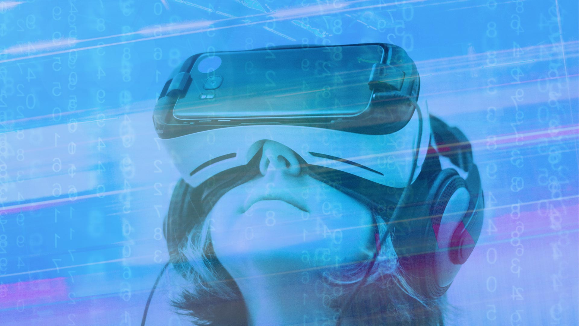 attendee-amazed-by-virtual-reality-new-tech